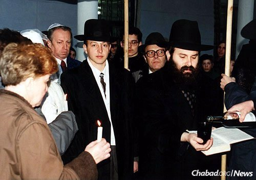Kaminezki at a chuppah in the early 1990s.