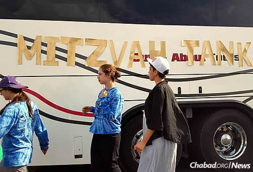 The group has been spending days traveling in a coach-bus-cum-mitzvah tank and nights camped out in the yards of people's homes.