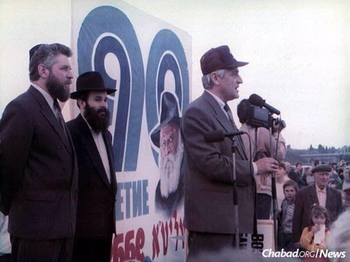 Kaminezki at an event in Dnepropetrovsk on the occasion of the Rebbe's 90th birthday in 1992. The Rebbe was born in Nikolayev, Ukraine, but grew up in Dnepropetrovsk, where his father served as chief rabbi for 21 years.